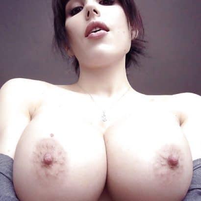 Dunkelhaarige Perfekte Titten