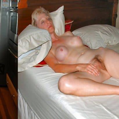 Nackt und bekleidet Oma