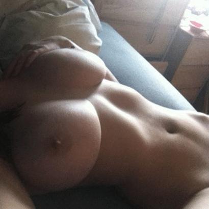 Perfekte Titten auf dem Bett