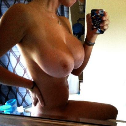 Perfekte Titten vor dem Spiegel