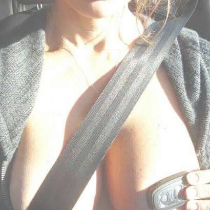schöne Frauen nackt im Auto