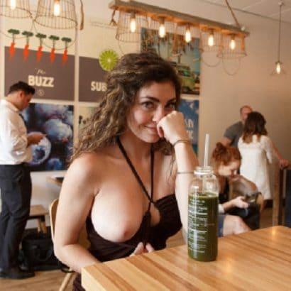schöne Frauen nackt im Restaurant