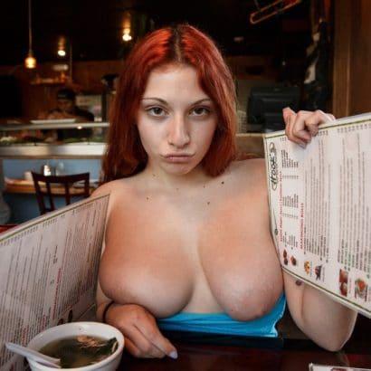 Girl des Tages öffentlich Brüste auspacken