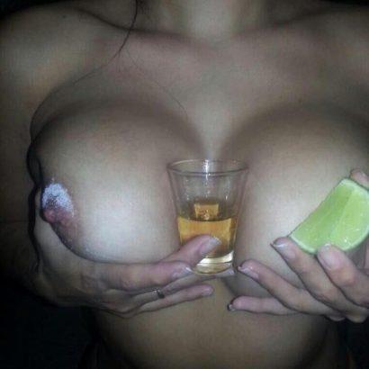 Bilder von nackten Frauen mit Alkohol
