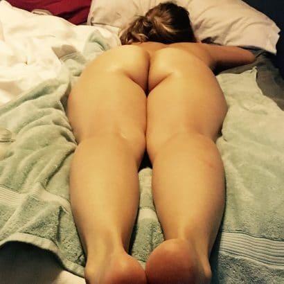 Nackte Ärsche auf dem Bett
