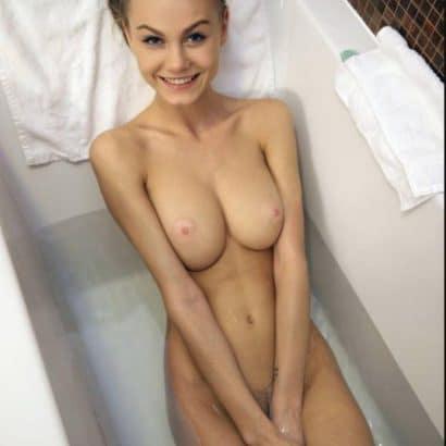 Nackte Nachbarin in der Badewanne