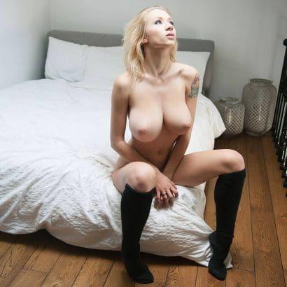 Nackte Frauen Galerie auf dem Bett