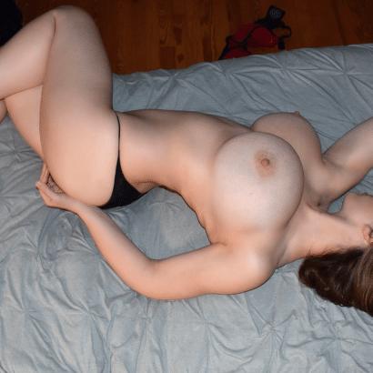 Fotos von Frauen oben ohne auf dem Bett