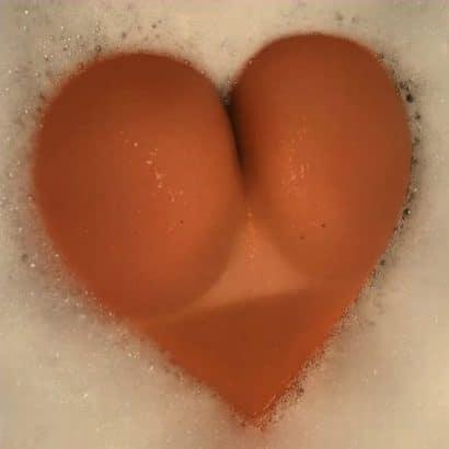 Nackte Ärsche in der Badewanne