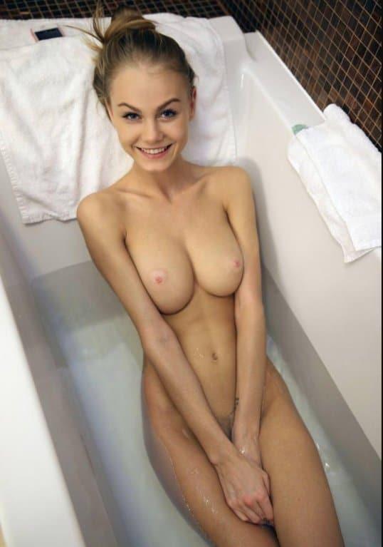 Nackt in der badewanne frauen Pornos für