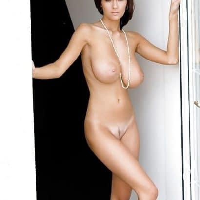Freundin nackt mit Ketten