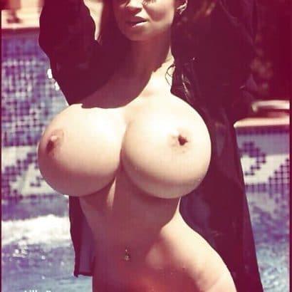 Erotische Nacktbilder im Pool