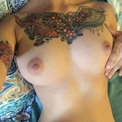 Zeigefreudig mit Tattoos