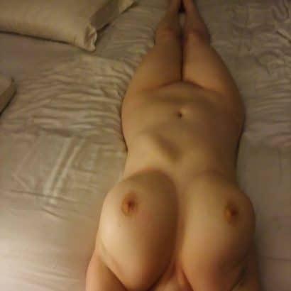 Nacktheit auf dem Bett