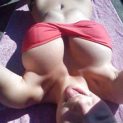 Bikini Babes auf dem Handtuch