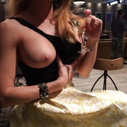Meine Frau nackt im Restaurant
