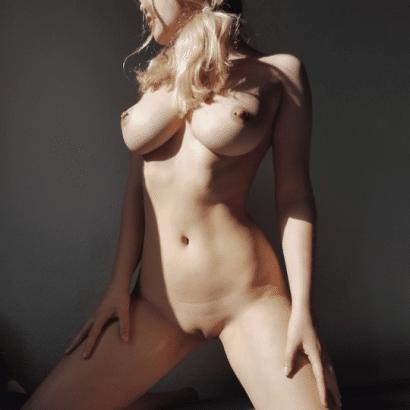 Meine Frau nackt im Schatten