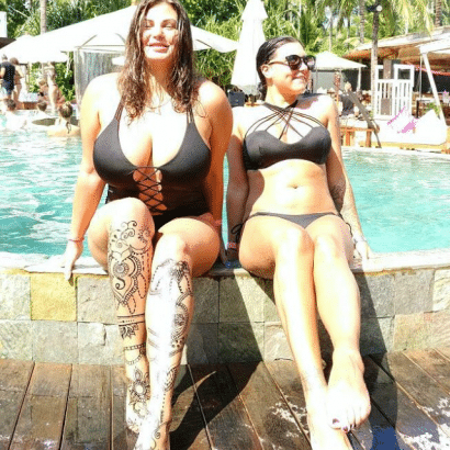 Zwei Bikini Babes