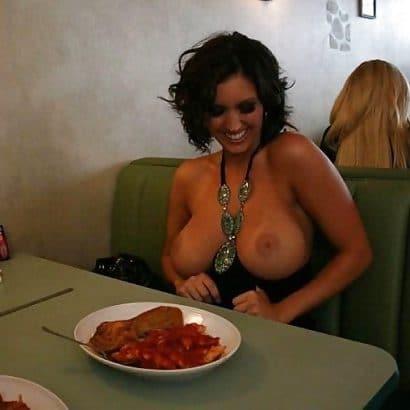 Nackte Weiber im Restaurant