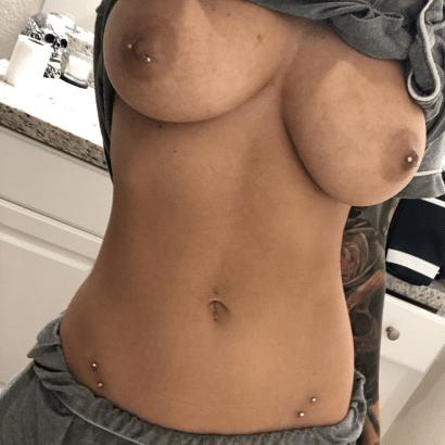 Nackte Weiber mit Piercings